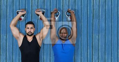 2 Fitness Mann mit den Westen mit blauem Holz Hintergrund