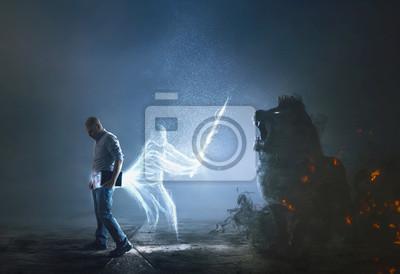 Bild A dark lion tries to attack