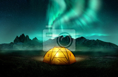 Bild A glowing yellow camping tent under a beautiful green northern lights aurora. Travel adventure landscape background. Photo composite.