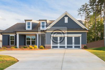 Bild A gray ranch style model house