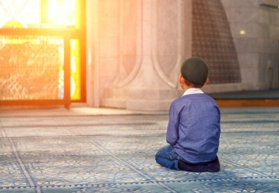 Bild a little boy in the mosque