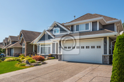 Bild A perfect neighbourhood. Houses in suburb at Summer in the north America. Luxury houses with nice landscape.