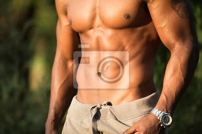 Bild Abs und Brust Nahaufnahme des afrikanischen Macho Man Bodybuilders oben ohne mit nacktem Oberkörper