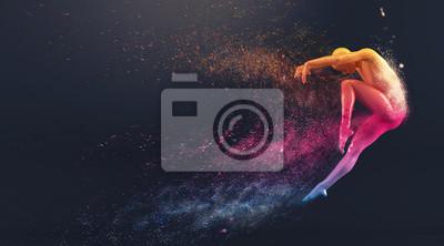 Abstrakt colorful Kunststoff menschlichen Körper Mannequin mit Streuung Partikel auf schwarzem Hintergrund. Action-Tanz springen Ballett-Pose. 3D-Rendering-Abbildung