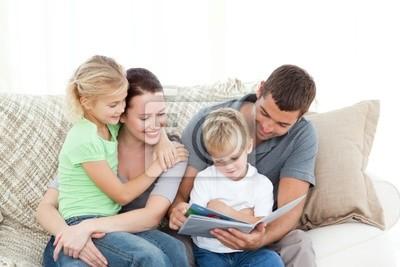 Adorable Vater und Sohn ein Buch zu lesen, um ihre Familie