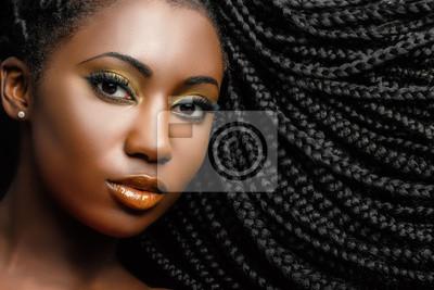 Bild African Kosmetik Porträt der Frau zeigt geflochtene Frisur.