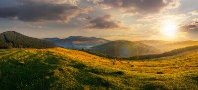 Bild Agrarbereich in die Berge bei Sonnenuntergang