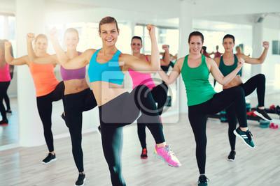 Aktive junge Frauen, die Übung zusammen