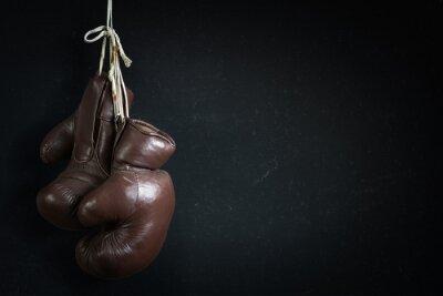 alt verwendet Boxhandschuhe vor einem Kreide-Brett hängen