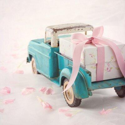 Bild Alte antike Spielzeug-LKW mit einem Geschenk-Box mit rosa Schleife