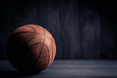 Bild Alte Basketball-Ball auf einem schwarzen Hintergrund