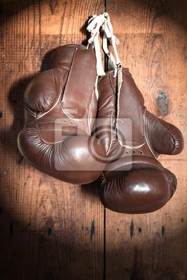 alte Boxhandschuhe, auf Holzwand im Rampenlicht