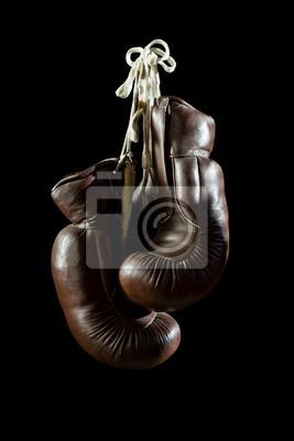 alte Boxhandschuhe, hängen, auf schwarzem Hintergrund isolatet