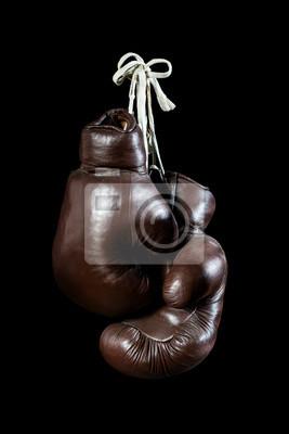 alte Boxhandschuhe, hängenden, isoliert auf schwarzem Hintergrund