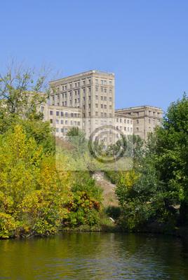 Alte Gebäude ist im Herbst Stadt