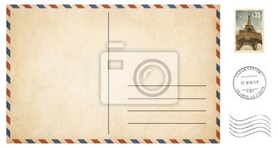 Bild alte leere Postkarte getrennt auf Weiß mit Post Briefmarken gesetzt