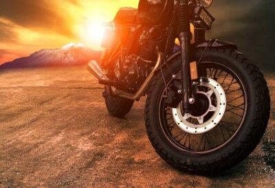 Bild alte retro Motorrad und schönen Sonnenuntergang Himmel Hintergrund