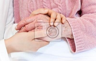 Alte und junge Hände auf weißer Decke