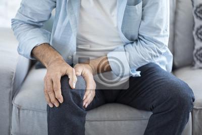 Bild Alter Mann leidet unter Knieschmerzen