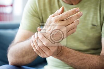 Bild Alter Mann leidet unter Schmerzen und Rheuma