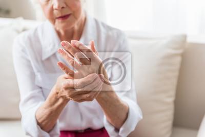 Bild Ältere Frau drückt Schmerzen aus