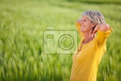 Ältere frau genießt sterben natur
