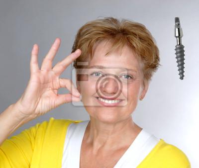 Bild ältere Frau mit Geste OK Zahnimplantat