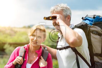 Ältere wanderer mit fernglas leinwandbilder u2022 bilder zieht