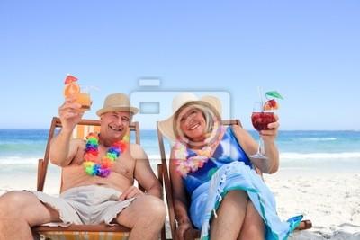 Älteres Paar sitzt auf Liegestühlen