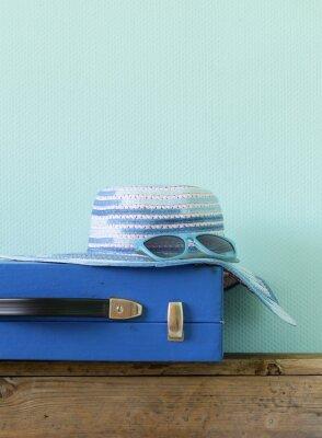 Bild altmodischen blauen Koffer für die Reise und Strand Hut
