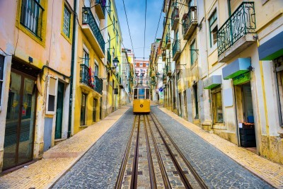 Bild Altstadtgassen und Straßenbahn in Lissabon, Portugal