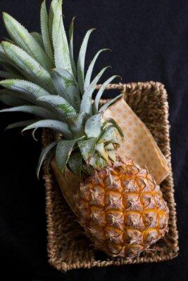 Bild Ananas ftuit auf schwarzem Hintergrund.