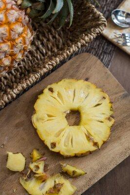 Bild Ananas ftuit und Scheiben auf dem Tisch.