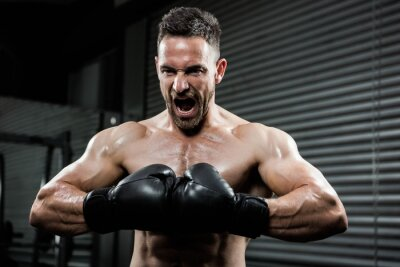 Angry shirtless Mann mit boxe Handschuhe schreiend