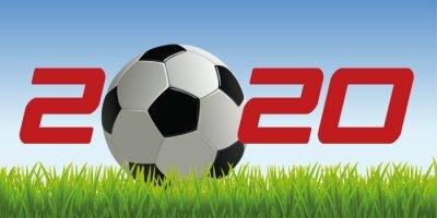 'année 2020 symbolisant l'univers du football, avec un ballon posé sur la pelouse d'un terrain