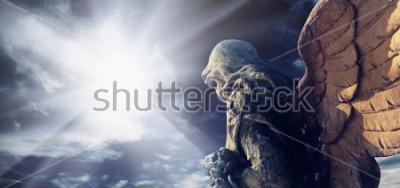 Bild Antike Statue des wunderbaren Engels in den Strahlen der Sonne. Architektur, Archetyp, Religion, Glaubenskonzept.
