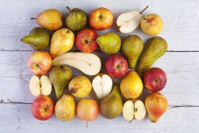 Bild Äpfel und Birnen ganz und halbiert Schuss von oben auf weißen Holzbrettern