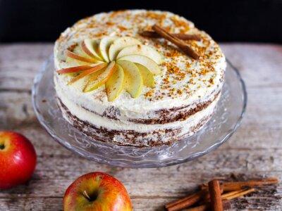 Bild Apple cinnamon layered cake with buttercream icing and bee polen