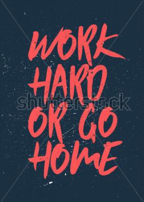 Bild Arbeite hart oder gehe nach Hause - inspirierende und motivierende Worte. Design für Fitnessstudio und Training. Typografisches Konzept. Vintage Plakatgestaltung