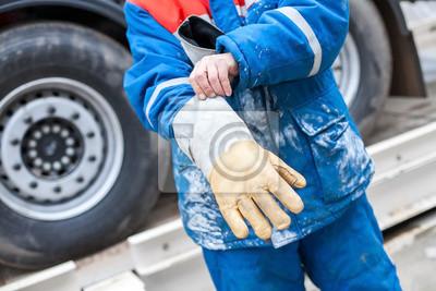 Arbeiten Sie Handschuhe, um Ihre Hand zu schützen.
