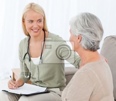 Arzt im Gespräch mit ihren Patienten