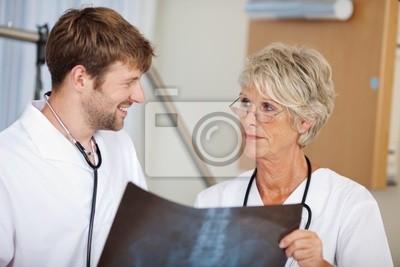 Ärztin mit Assistentin im Krankenhaus