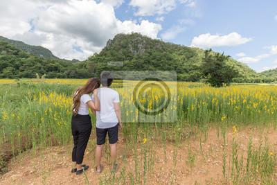 Asian Liebespaar Entspannung in der Natur mit sunhemp Blumenfeld in thailand