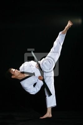 Asian Mann spielen Taekwondo auf Hintergrund