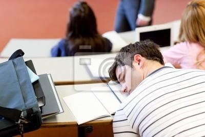 Asleep männlichen Studenten während eines universitären Lehre