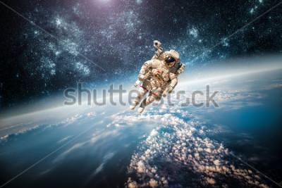 Bild Astronaut im Weltraum vor dem Hintergrund der Erde. Elemente dieses Bildes, eingerichtet von der NASA.
