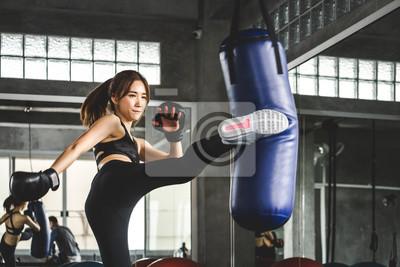 Bild Athlete woman doing kick boxing training