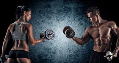 Bild Athletischer Mann und Frau mit einem Hanteln.