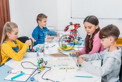 Bild attentive schoolchildren working on robot at STEM robotics lesson