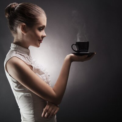Bild Attraktive Frau mit einem aromatischen Kaffee in den Händen